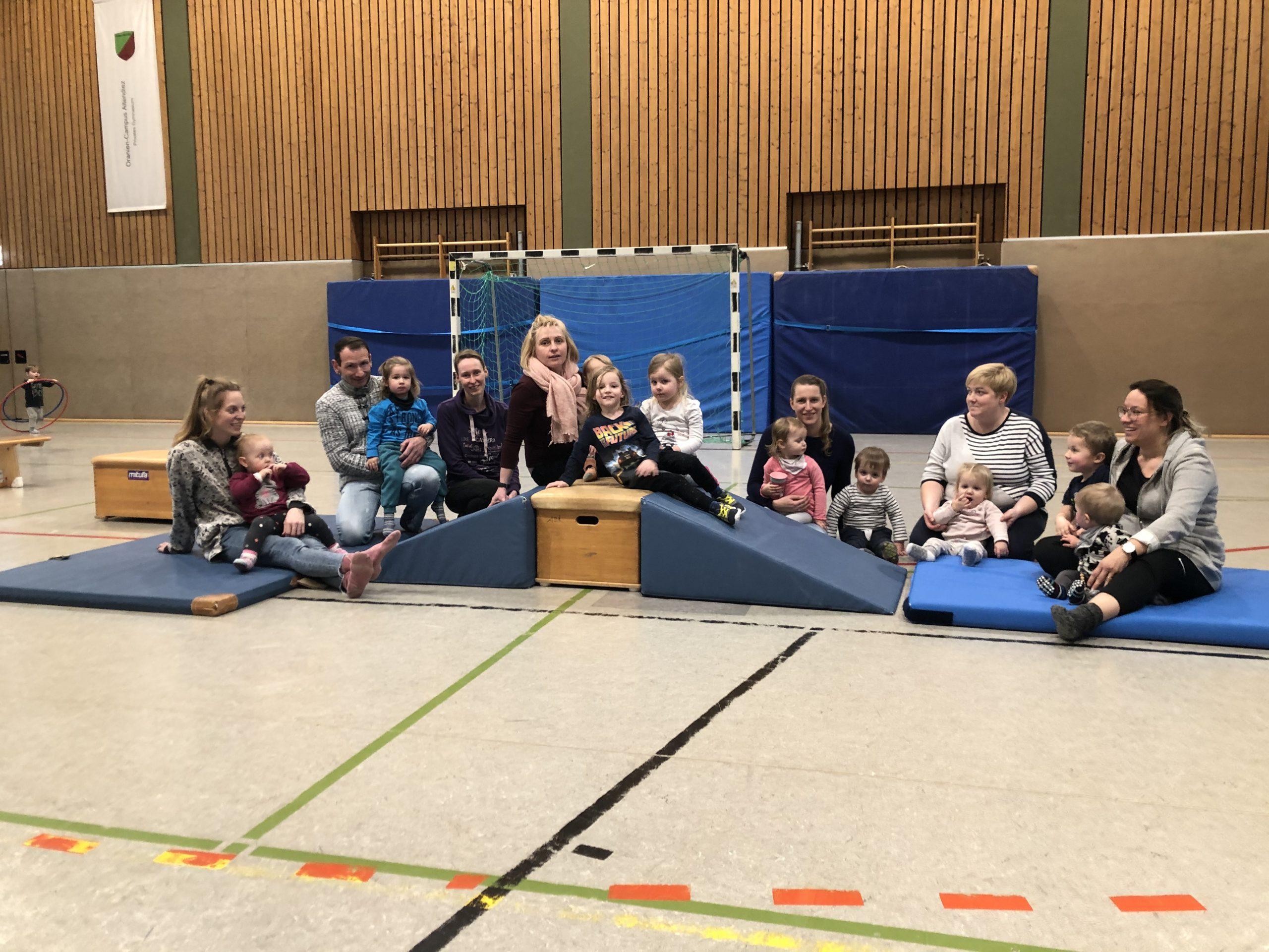 Eltern-Kind-Turngruppe auf einer aufgebauten Gerätelandschaft